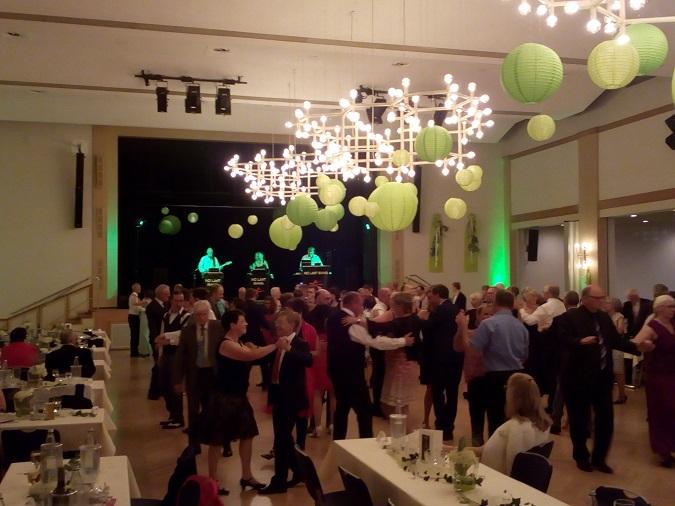 Gäste und DJKler bevölkern die Tanzfläche
