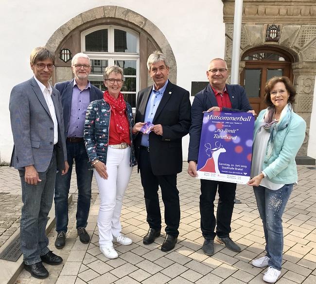 Hansi Borchert (1. Vorsitzender DJK), Dieter Rauchmann (DJK Orga Team), Birgit Rauchmann (Abteilungsleiterin Tanzen), Bürgermeister Hermann Temme, Otto Köring (stellv. Abteilungsleiter Tanzen) und Walburga Neu (DJK Orga Team).